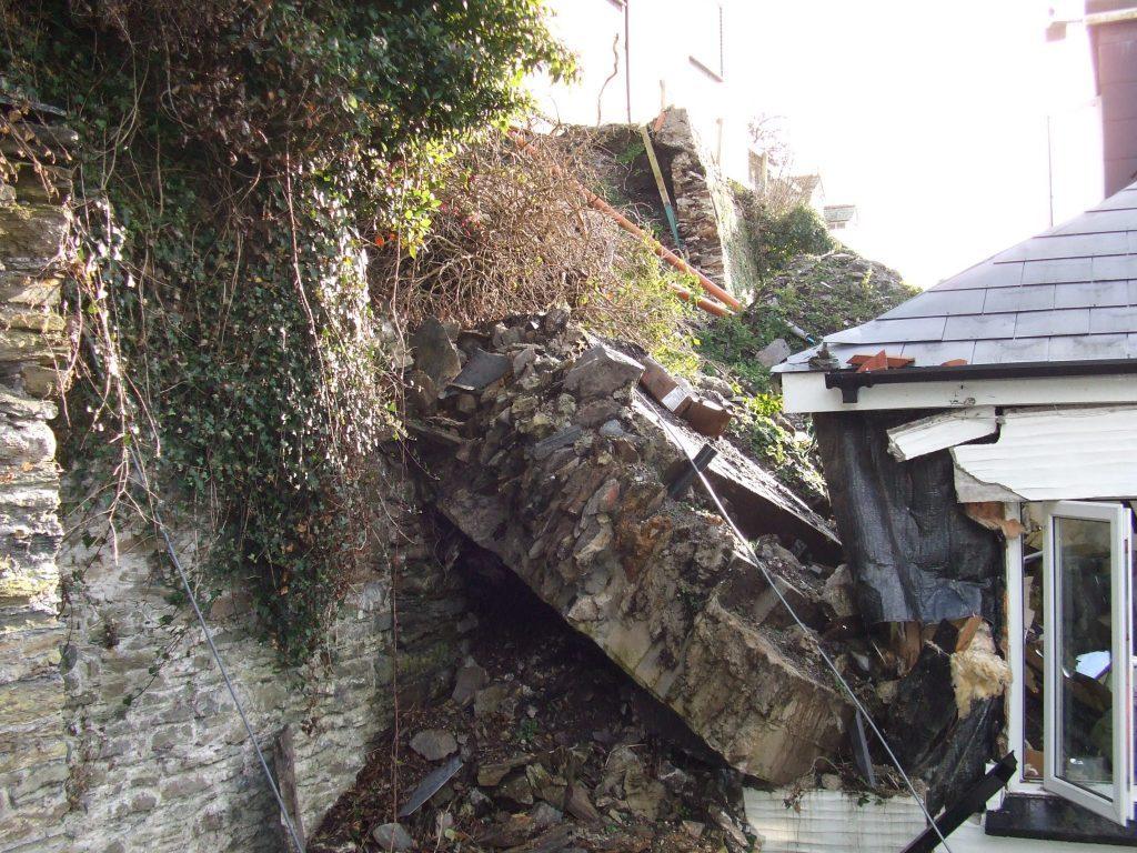 collapsing retaining wall 1024x768 1
